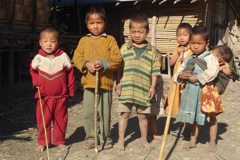 Während die Eltern und älteren Geschwister auf den Feldern arbeiten, bleiben die kleineren Kinder auf sich alleine gestellt im Dorf häufig ohne Betreuung zurück.