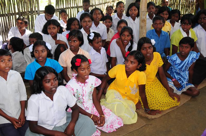 Mit etwa 700 Lehrern unterrichten wir inzwischen mehr als 30.000 junge Menschen in mehr als 400 Dörfern, in Abendschulen, Brückenkursen, Flüchtlingsschulen, Intensivkursen oder Nachbarschaftsschulen.
