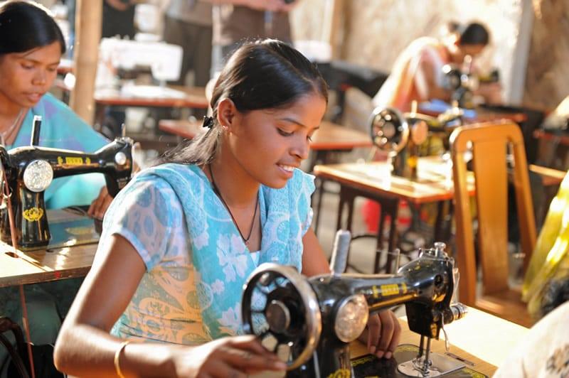 Lesen und Schreiben füllt den Magen noch nicht – deswegen bieten wir zunehmend auch berufliche Qualifizierung für arbeitslose junge Frauen und Männer an.