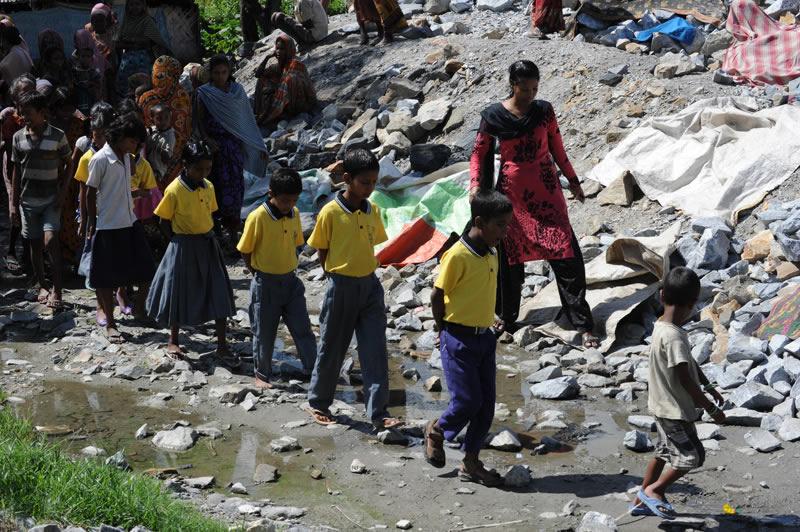 Sozialarbeiter holen die Kinder jeden Morgen aus ihrem schwierigen Umfeld ab. Andere blicken neidisch auf die ersten Schulgänger und beginnen den Wert von Bildung zu verstehen.