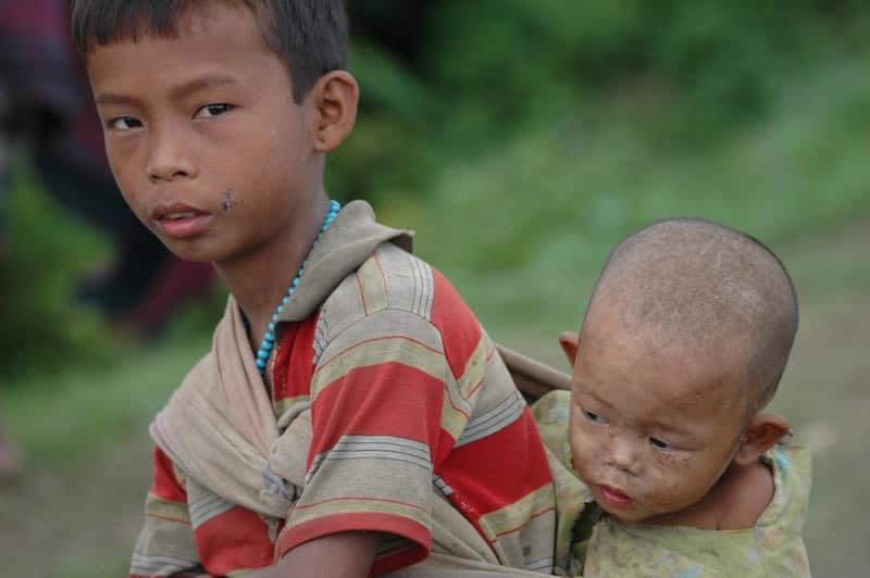 Sie leiden an vermeidbaren Krankheiten, können nicht zur Schule gehen. Später werden sie vielfach als Arbeitssklaven ausgebeutet.