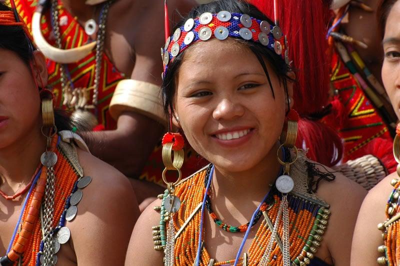 Mehr als 200 kleine Stämme mit eigenen reichen Traditionen siedeln in den Fußhügeln des Himalayas. Ihre fröhlichen Menschen sind gastfreundlich und friedlich.