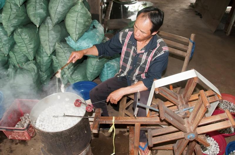 Das laotische Team unseres Partners betreut die Produzenten in den Dörfern intensiv, um sicherzustellen, dass sich möglichst alle Raupen zu bearbeitbaren Kokons verpuppen.