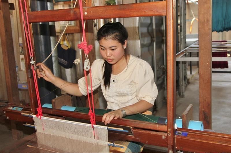 Nach der Färbung können aus dem Kettfaden von jungen Weberinnen hochwertige Produkte gefertigt werden. Die Produkte werden auch Fair Trade zertifiziert nach Europa exportiert.