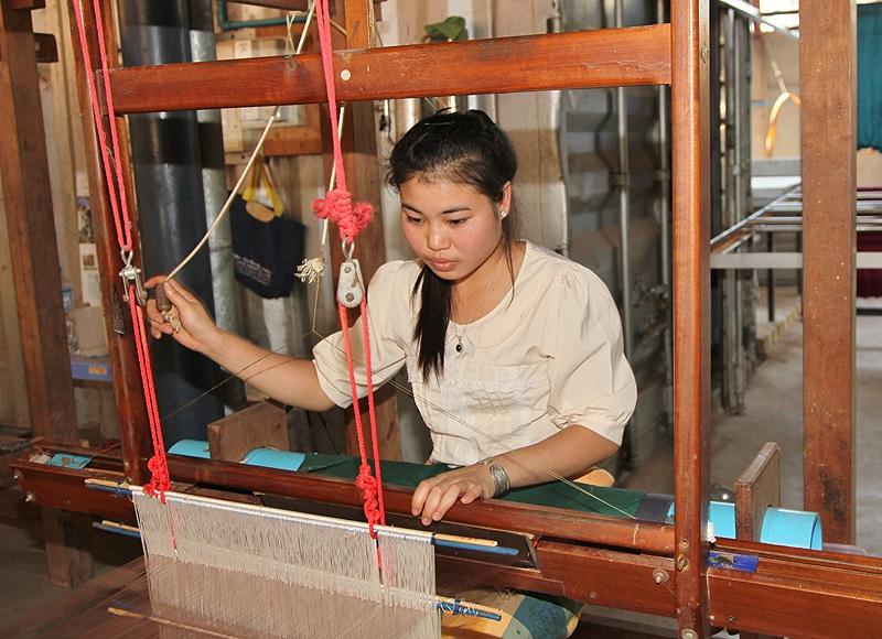 Im ersten Schritt investieren wir aber in laotische Traditionen. Durch die Seidenproduktion können Familien ihr Einkommen erheblich steigern.