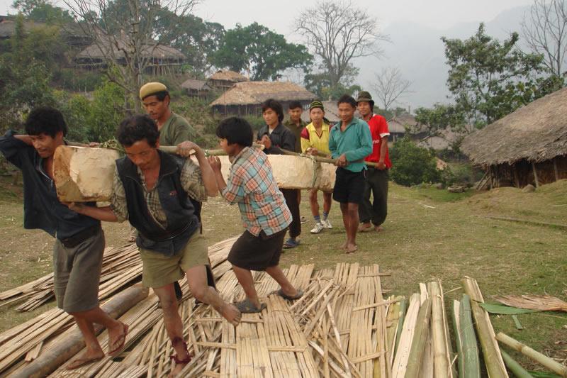Die Dörfer bauen die Kindergartenhütte in Gemeinschaftsarbeit aus Bambusmaterial und stellen die Naturalien für eine ausgewogene Mahlzeit am Tag.