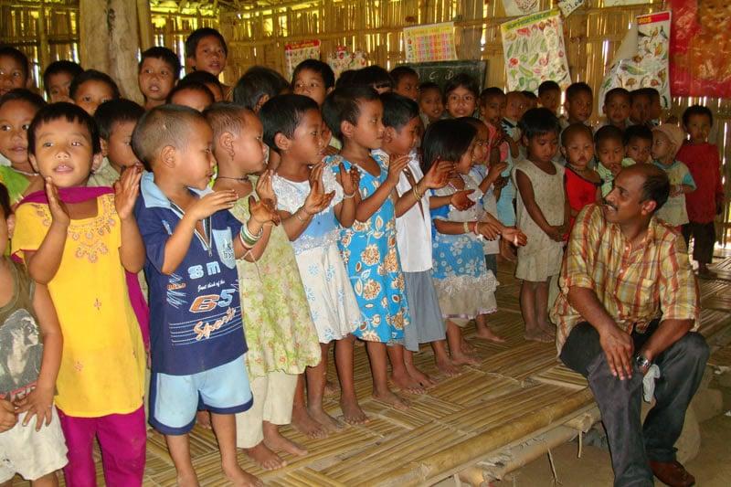 Wir bilden zwei bis drei Erzieher und Erzieherinnen aus dem Dorf aus und bezahlen ihre Gehälter. Sie betreuen die Kinder nach Montessori-Methoden, verpflegen und fördern sie.