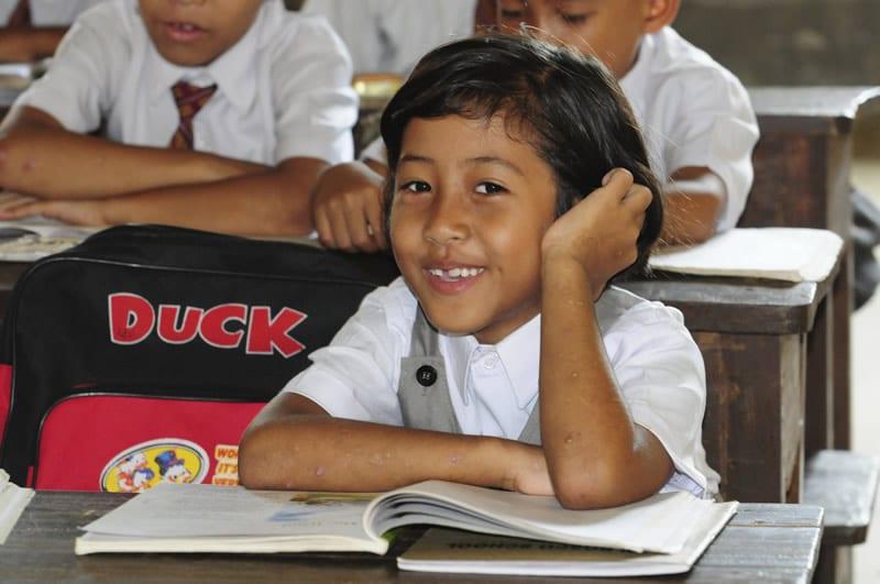 Bildung ist Kapital, das niemals verloren geht. Jedes Jahr zusätzliche Grundschulbildung für eine junge Frau verlängert deren Leben um 2-3 Jahre und erhöht ihr Lebenseinkommen deutlich.