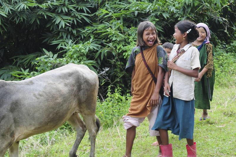 Stattdessen hüten die Kinder die Tiere, arbeiten auf den Feldern, betreuen die kleineren Geschwister oder werden als Arbeitssklaven in Kohleminen, Bordellen oder Haushalten ausgebeutet.