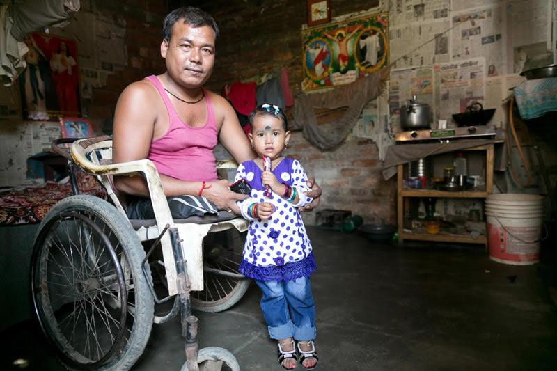 Heute ist er erfolgreicher Geschäftsmann/Unternehmer, der Fahrrad-Rikschas verleiht und wartet. Er hat sogar eine Familie gegründet und freut sich über die kleine Tochter.
