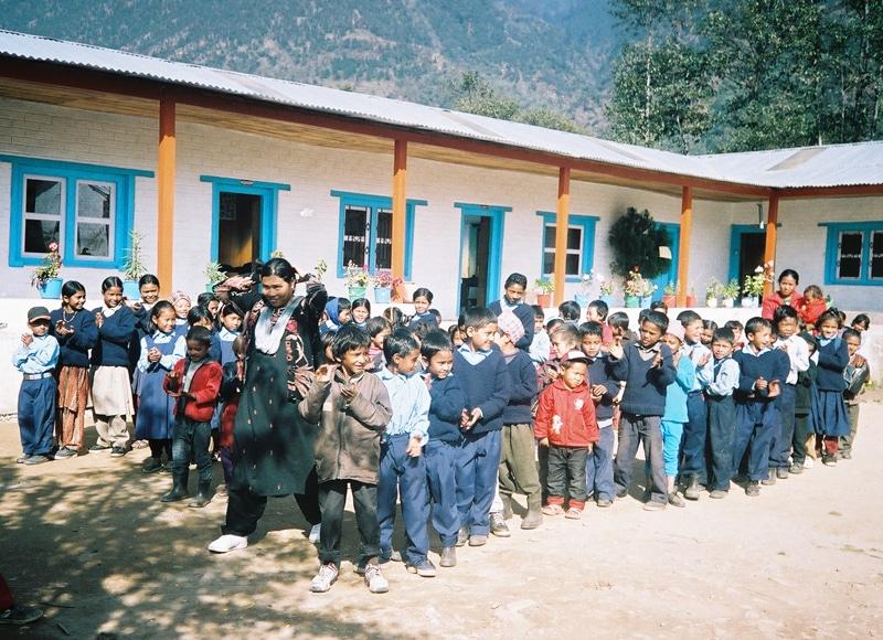 In der Provinz Bhandar fördert der Verein der Helene-Lange-Schule seit mehr als 25 Jahren die Grundbildung. 40 Schulen und 100 Lehrer haben geholfen, die ganze Provinz zu alphabetisieren.