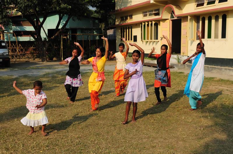So können sich die Talente bestmöglich entfalten – Neha ist zu einer engagierten Tänzerin geworden, liebevoll von den 'Schwestern' begleitet.