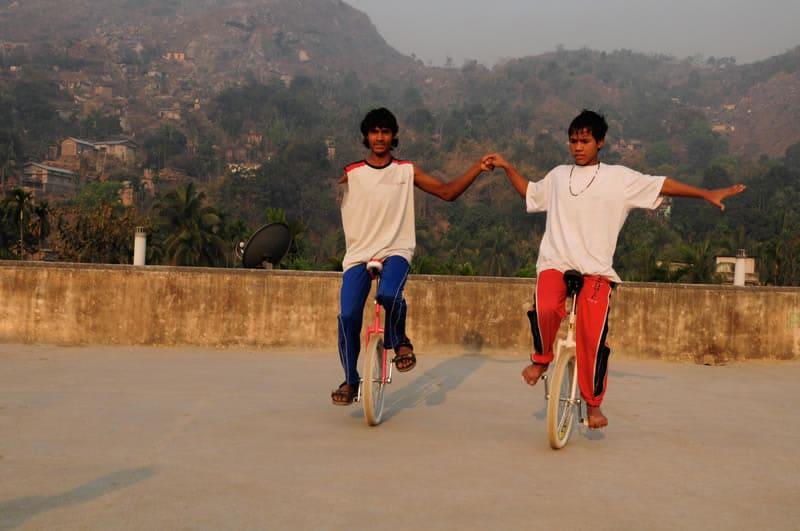 Und nicht selten verlieren die Straßenkinder im Verkehr oder bei gefährlichen Aktionen ihre Gliedmaßen, so wie Sanjit hier nach dem Kontakt mit einer Stromleitung.