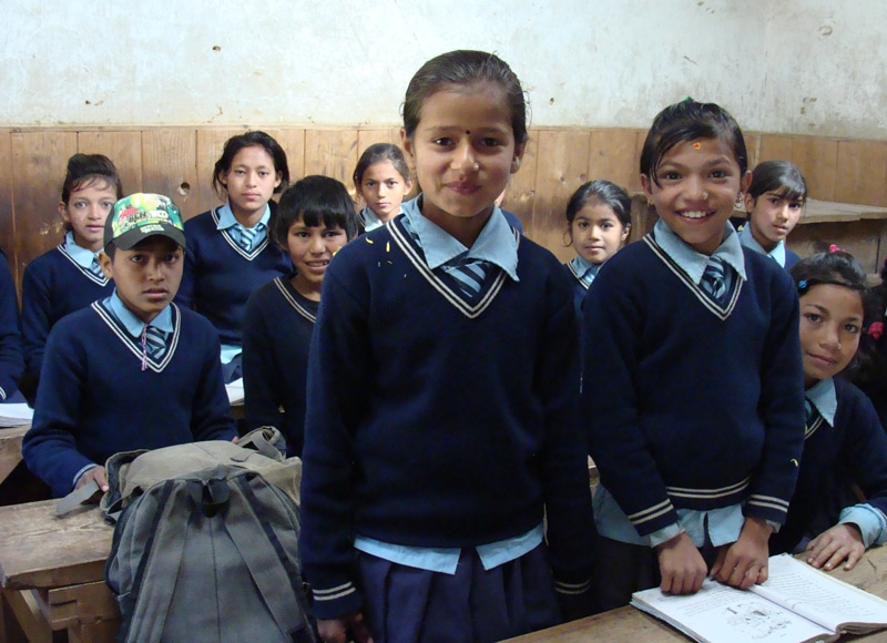 Lehrer, Schulkleidung und Schulbücher wurden seit 1988 gefördert und haben dazu beigetragen, dass in der Provinz Bhandar inzwischen die Kinder in der Regel zumindest die Grundschule bis Klasse 5 besuchen.