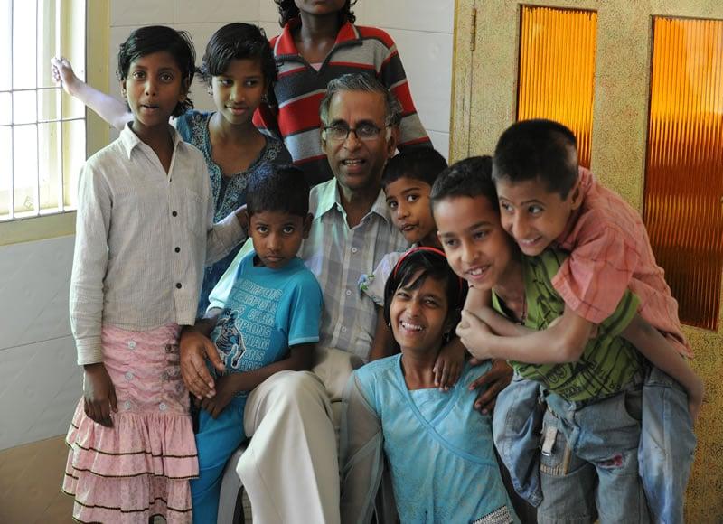Snehalya-Kinder-mit-Pater-Lukose-in-Guwahati-20110306