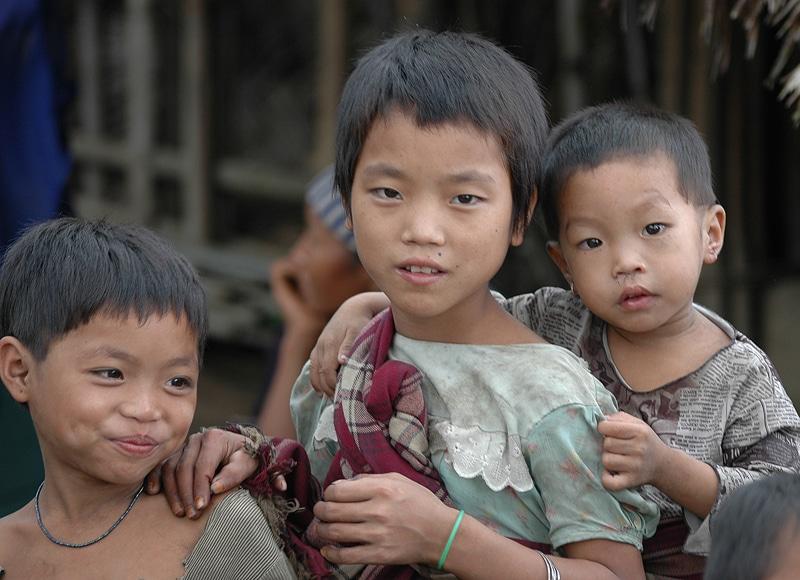 Die Kinder sind damit beschäftigt, die kleineren Geschwister zu betreuen.