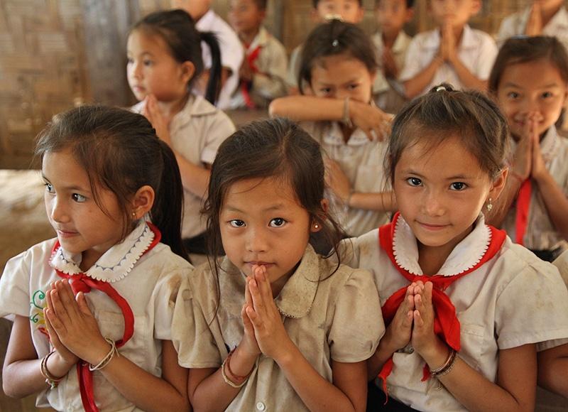 Die Kinder in Laos brauchen eine gute Ausbildung für ihre Zukunft. Doch die armen Familien auf dem Land können sich das nicht leisten, weil ihr Einkommen zu gering ist.