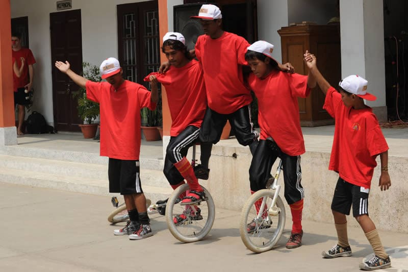 Dass auch Einarmige Einrad fahren lernen, Straßenkinder Beifall bekommen, andere zu ihnen aufschauen – vieles ist neu und stärkt die Kinder, die sonst wenig zu Lachen haben.