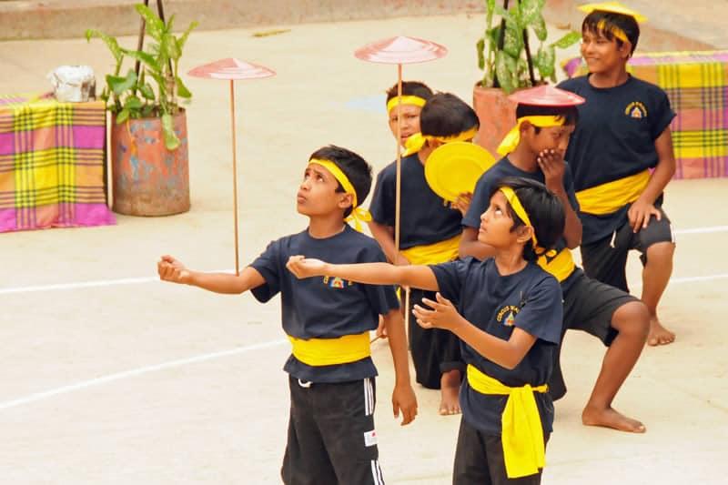 Hochkonzentriert führten die Straßenkinder ihre Übungen vor und konnten ihr Zirkus-Talent eindrucksvoll unter Beweis stellen, und damit auch Gruppengeist und Disziplin zeigen.