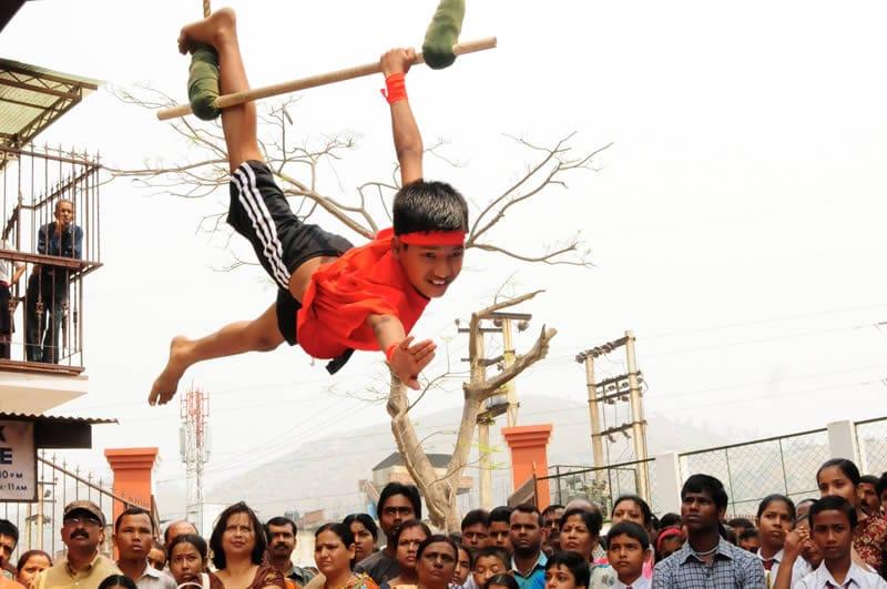 Vorführung vor 2000 Zuschauern der Eliteschule – welch ein besonderes Ereignis für die Kinder, die sonst am Rande stehen.