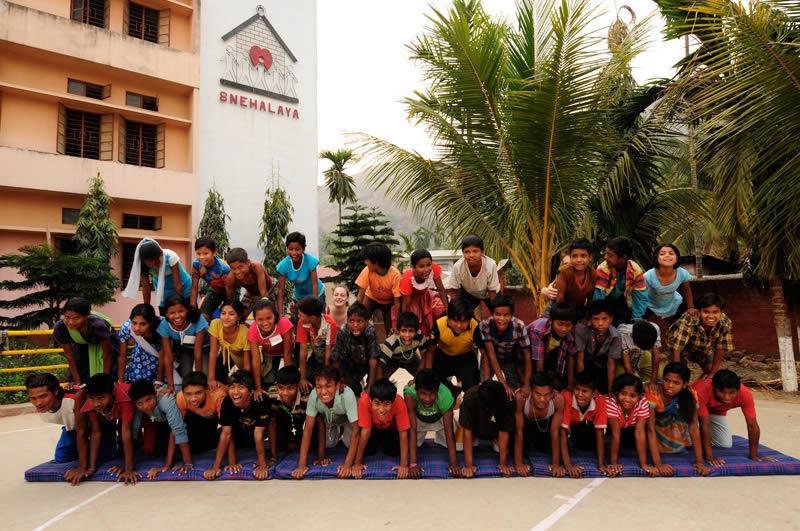 Im Team den eigenen Fähigkeiten vertrauen, diszipliniert andere begeistern, dabei liebevoll von den Waldonis begleitet, den Straßenkindern von Snehalaya hat diese Aktion viel geholfen.