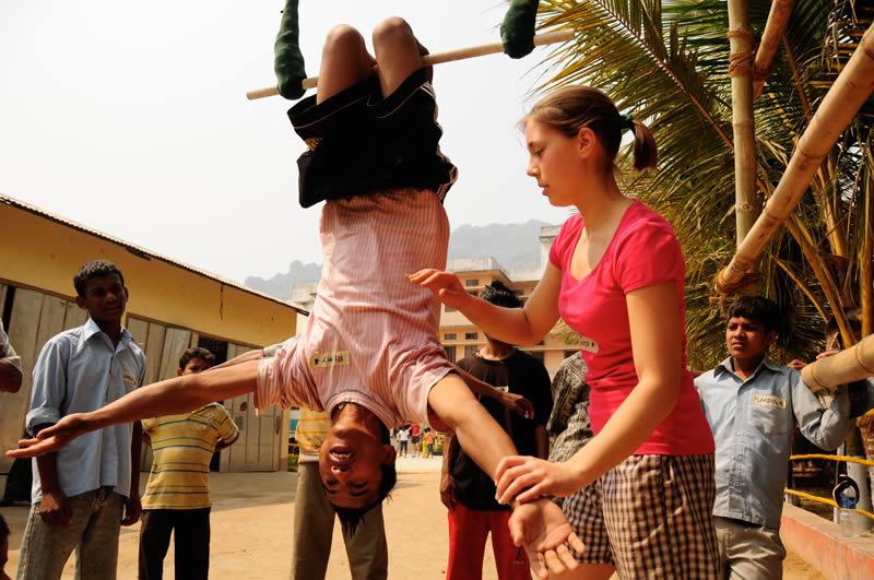 Wiederholt sind Gruppen von jungen Leuten von dort nach Guwahati gereist, um vor Ort mit den Straßenkindern Akrobatik und Artistik einzuüben.