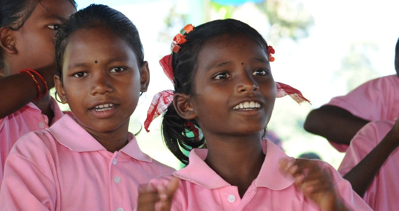 Schülerinnen-lachend-in-Barfussschule-Saralpara-Asam-20131010