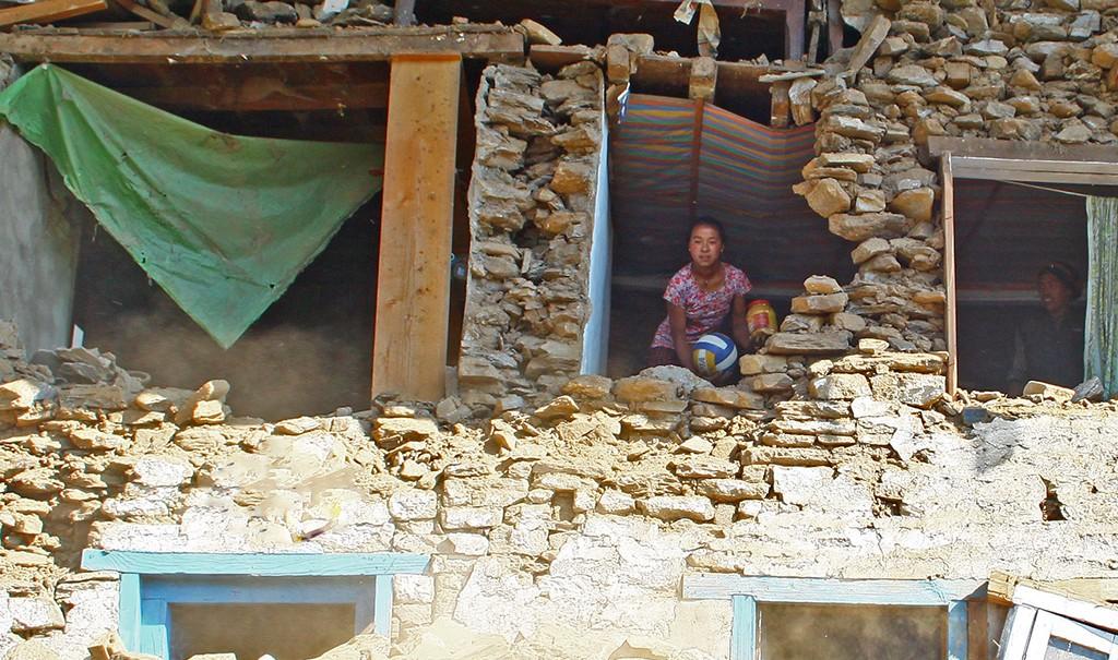 nepal-bhandar-erdbeben-nothilfe-loch-in-wand