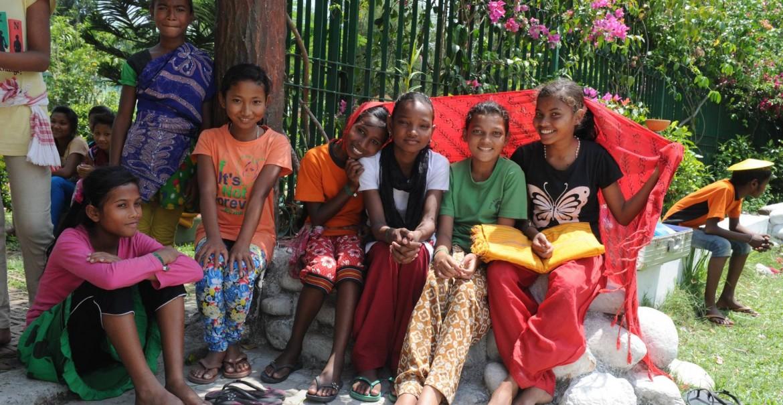 Assam-Fluechtlingsschule-Amguri-strahlende-Maedchen