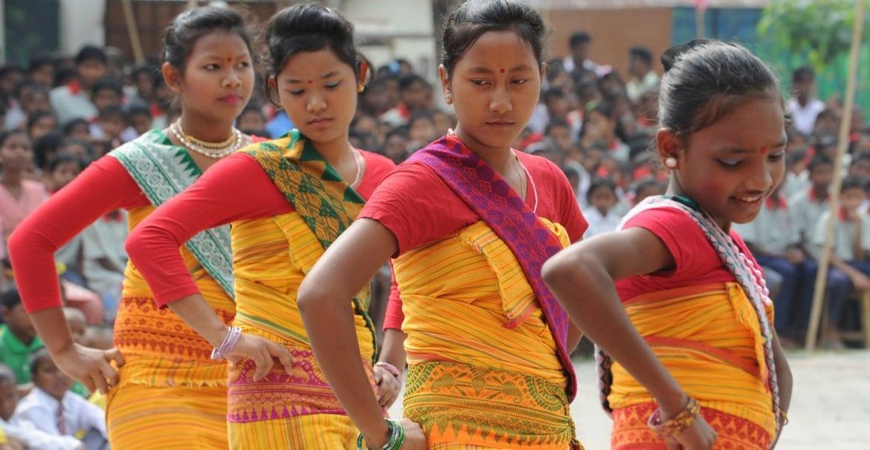 CARE-Amguri-Fluechtlingsschule-tanzende-Bodos