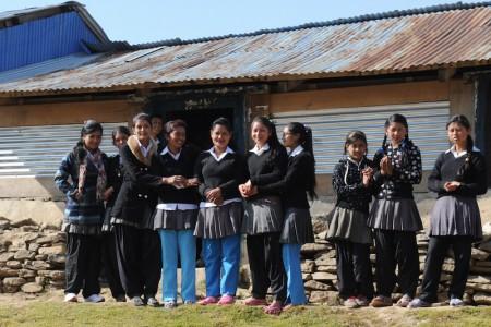 childaid-network-wiederaufbau-nepal-schuelerinnen
