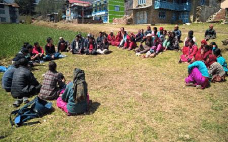 Gesprächsrunde mit Lehrern und Eltern in Dokharpa Schule in Shivalaya