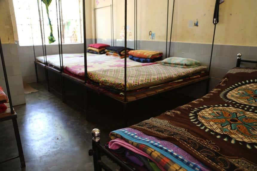 Beengte Verhältnisse, auf jeder Matratze schlafen 2 Mädchen… Aber wie immer im Mädchenheim: kein Stäubchen zu finden, alles liegt ordentlich an seinem Platz!