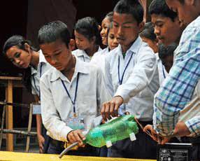 Ein ungewohntes Arbeitsgerät in Assam erzeugt Aufmerksamkeit.