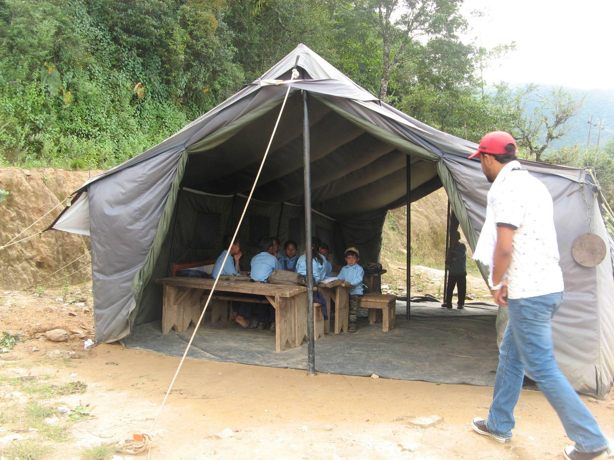 Schülerinnen noch in der Behelfsschule in den Bergen