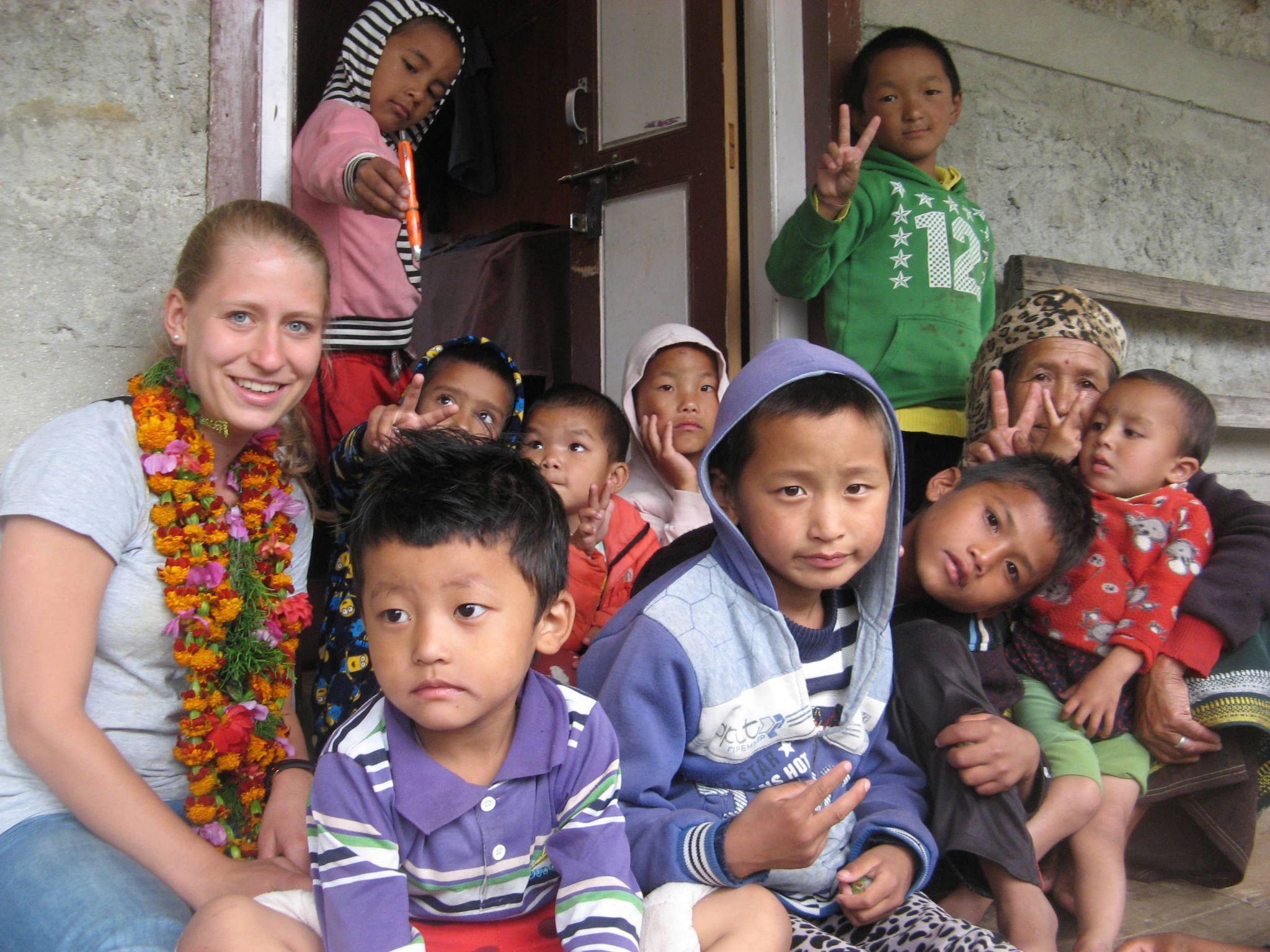 Svenja mit den Kinderhauskindern in Bhandar