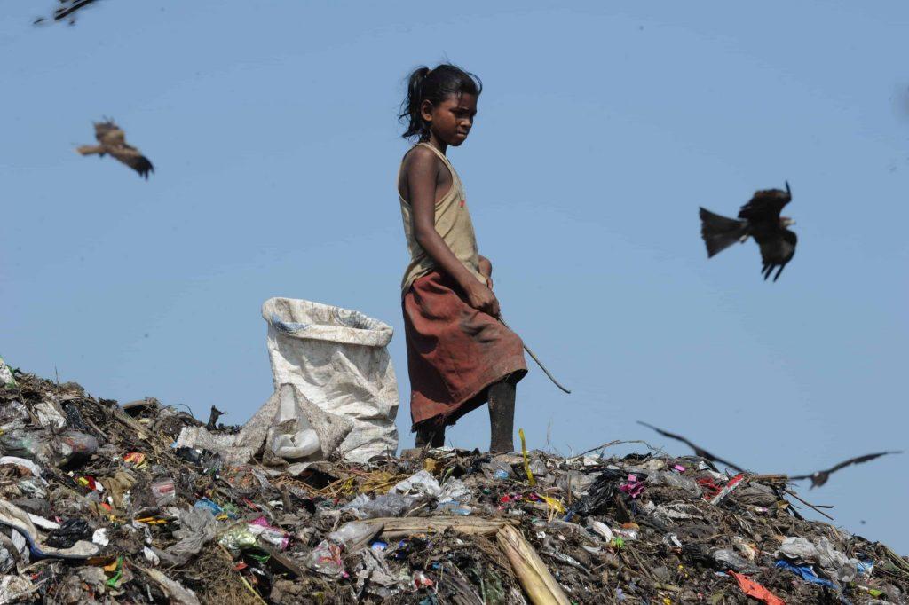 Mädchen auf dem Müllberg