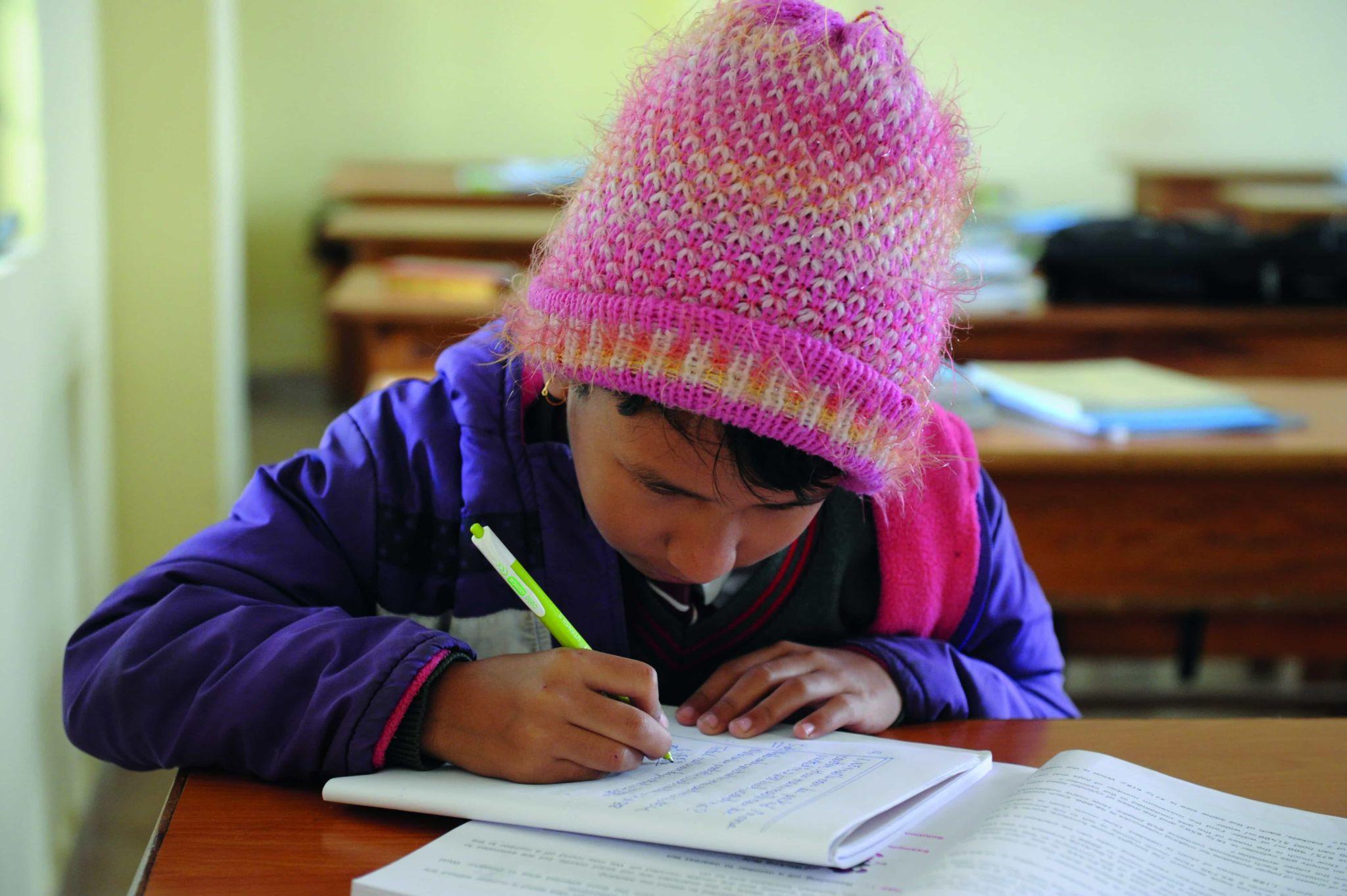 Mädchen bei den Schularbeiten