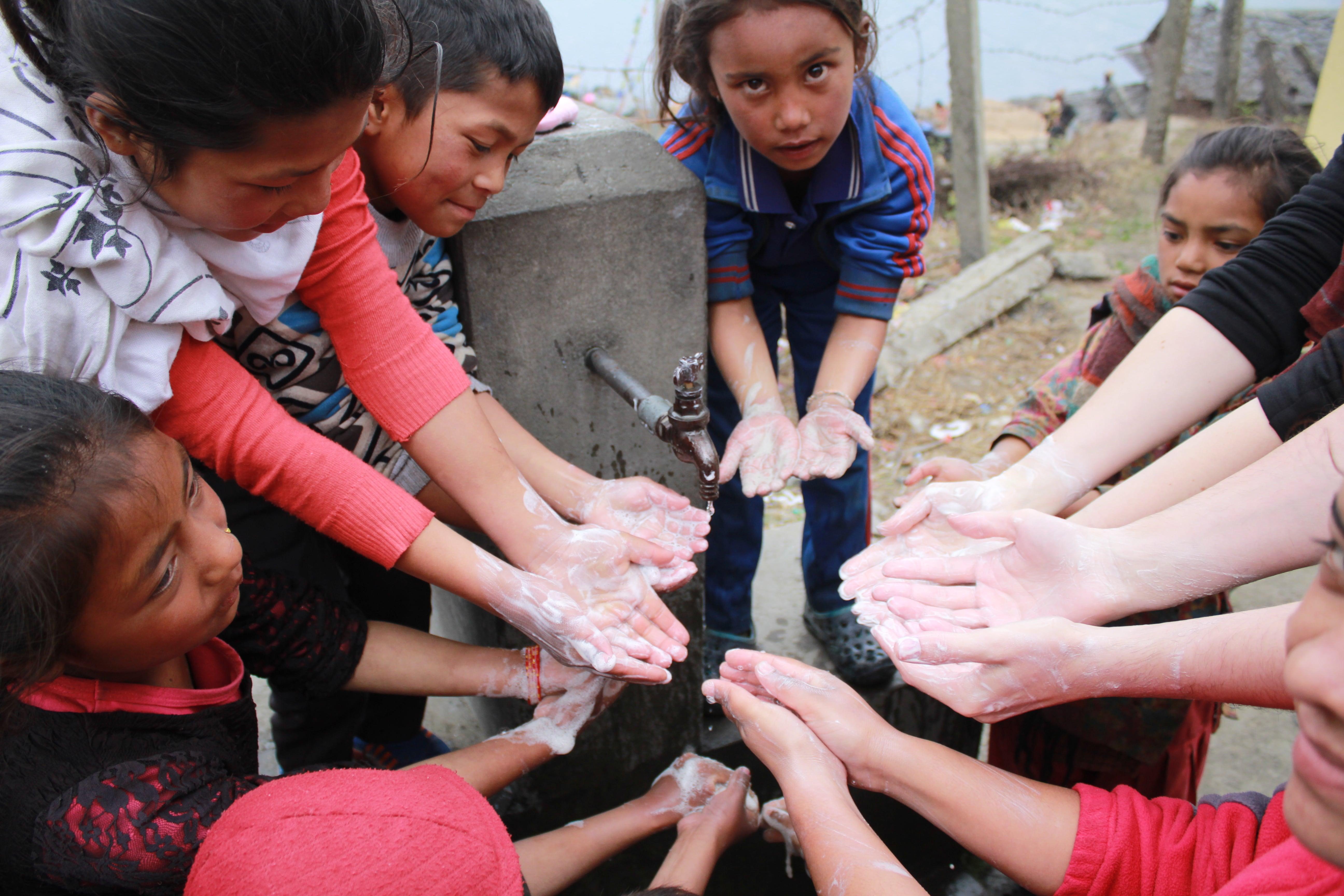 Mädchen lernen sich richtig die Hände zu waschen